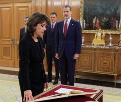 La nueva fiscal general del Estado, Dolores Delgado, jurando su cargo.