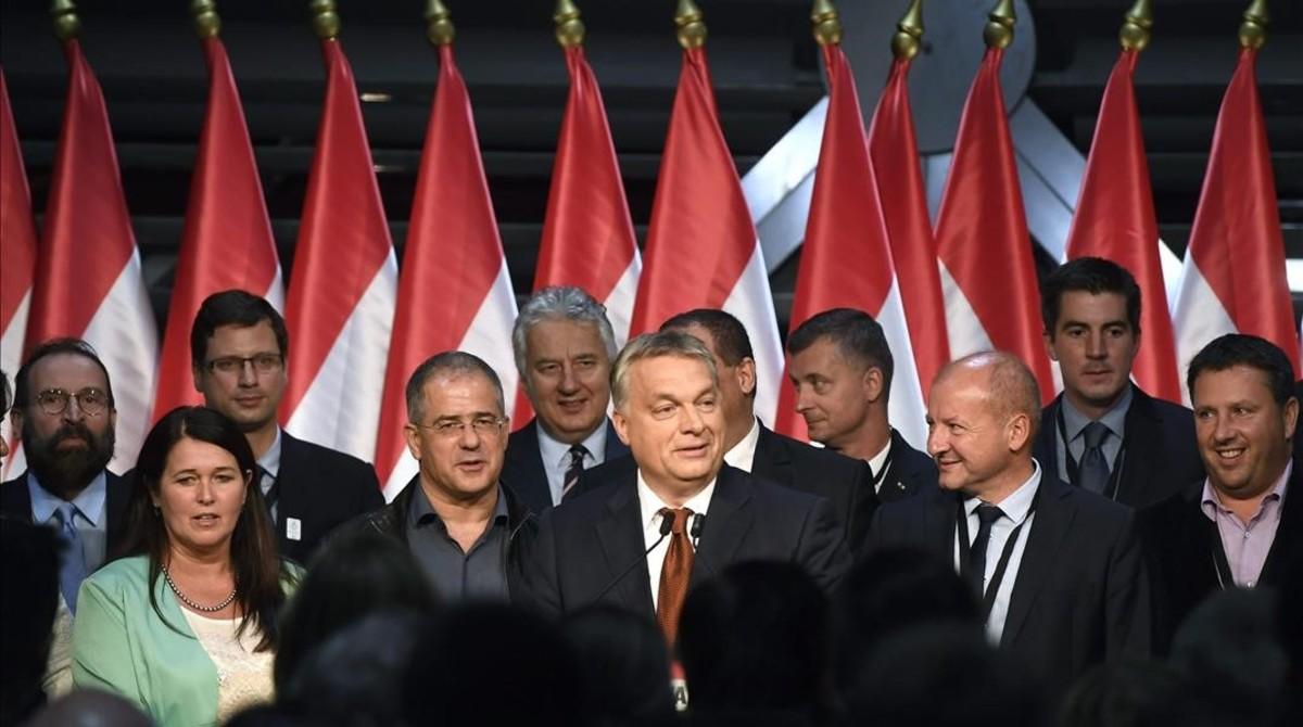 Orbán (centro) pronuncia un discurso en un acto de su partido en el Balna Budapest Cultural Center, en Budapest, tras el referéndum.