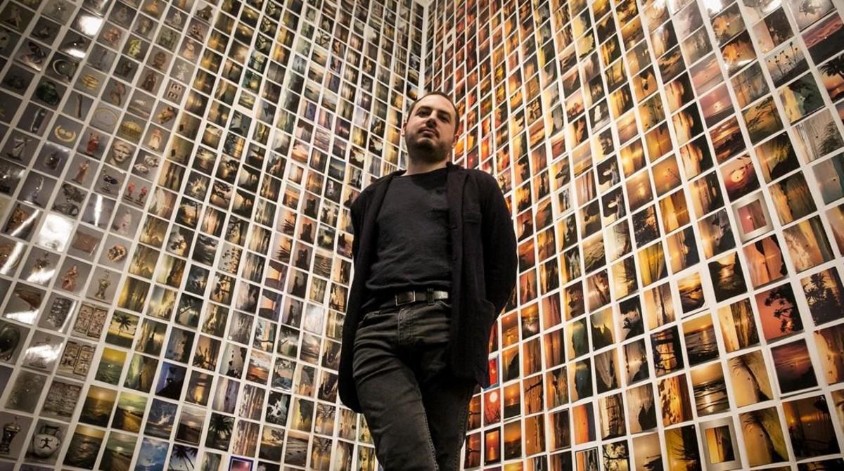 Oriol Vilanova, en un rincón de la Fundació Tàpies forrado con algunas de las 27.000 postales que exhibe.
