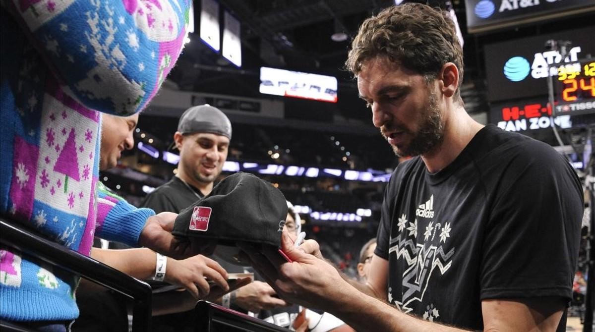 Pau Gasol firma autógrafos antes de su partido contra los Bulls.