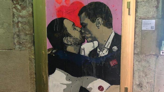 Pedro Sánchez y Pablo Iglesias se funden en un beso en la última obra de TvBoy en Barcelona.