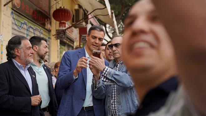 Pedro Sánchez pasea por el barrio de Usera, en Madrid.