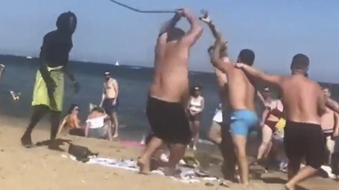 Pelea entre dos grupos en una playa de Barcelona.