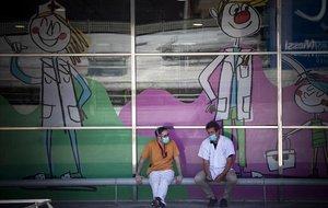 Personal sanitario en el exterior del Hospital Vall d'Hebron de Barcelona.