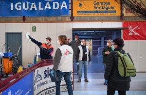 Personal sanitario y de Médicos sin Fronteras preparando el pabellón de las Comes de Igualda como hospital de campaña.