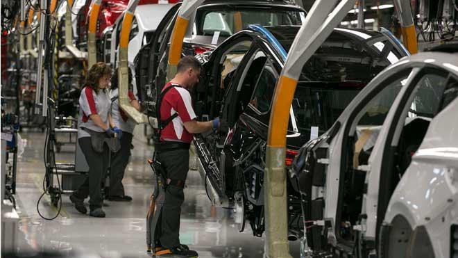 El PIB creció un 2% en el 2019, su menor ritmo desde 2014. En la foto, trabajadores en una cadena de montaje del Seat Ibiza en la fábrica de Martorell.