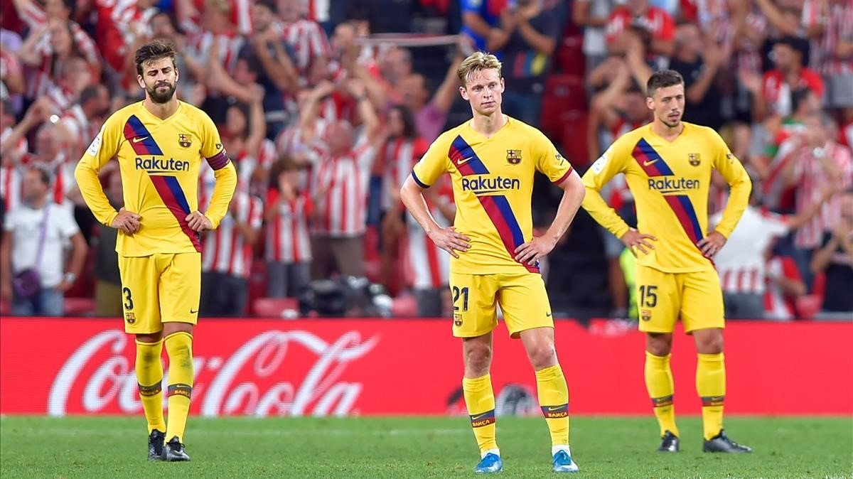 Piqué, De Jong y Lenglet, tras encajar un gol en San Mamés la temporada pasada.