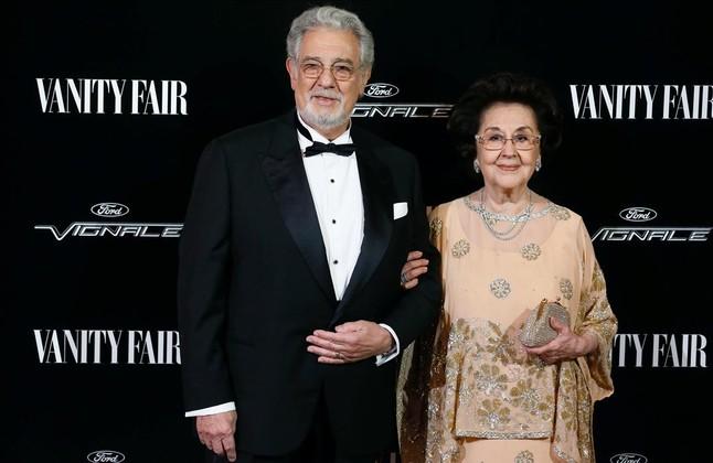 Plácido Domingo posa con su mujer Marta Ornelas a su llegada al acto, el lunes en Madrid, en el que ha recibidoel galardón Vanity Fair personaje del año.