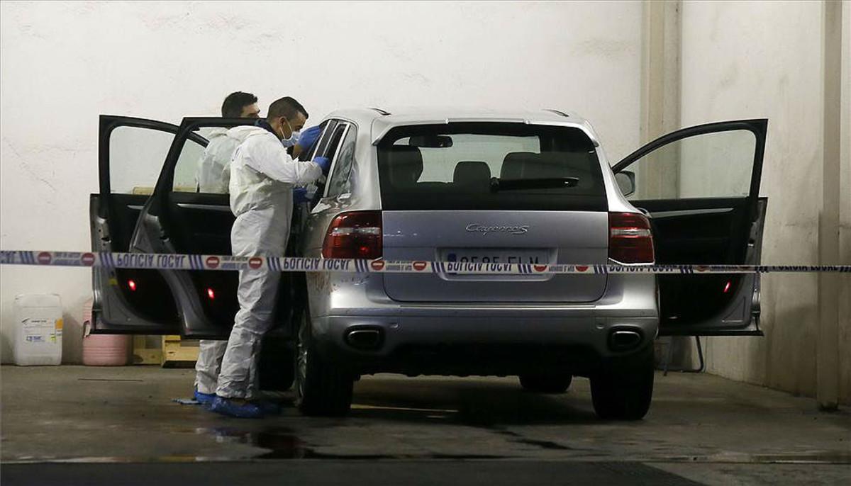 La policía científica analiza el vehículo en el que ha aparecido muerta de un tiro la viuda del expresidente de la CAM Vicente Sala.
