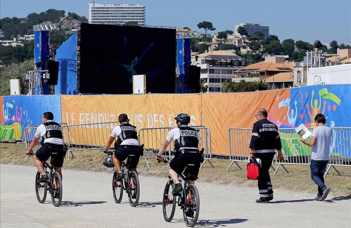 La policía patrulla en bicicleta por la zona de aficionados en Marsella.