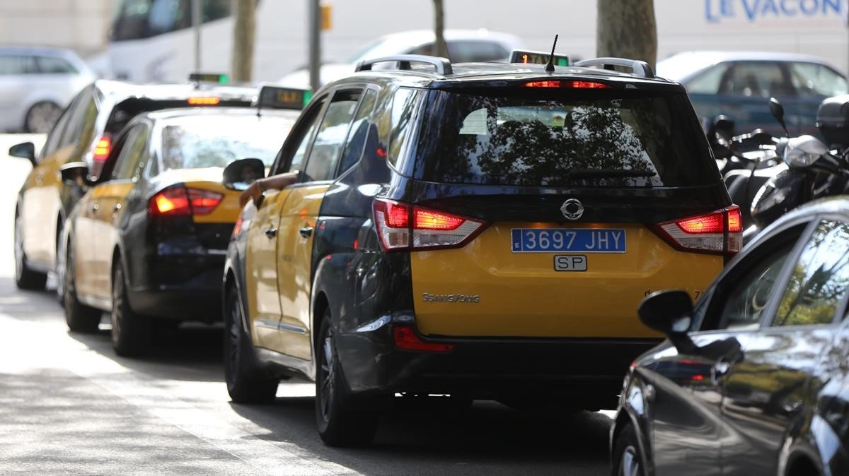 Un taxi de Barcelona con la matrícula azul