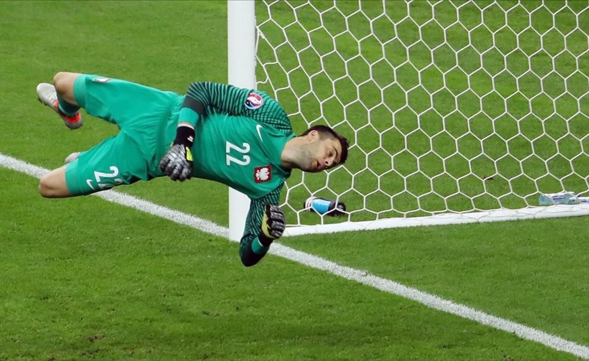 El portero polaco, Lukasz Fabianski, en acción durante el partido de fútbol entre Alemania y Polonia.