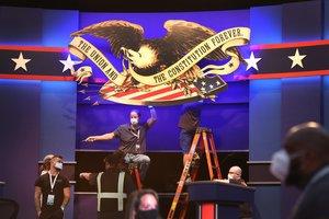 Preparativos del escenario que acogerá el debate entre Trump y Biden.
