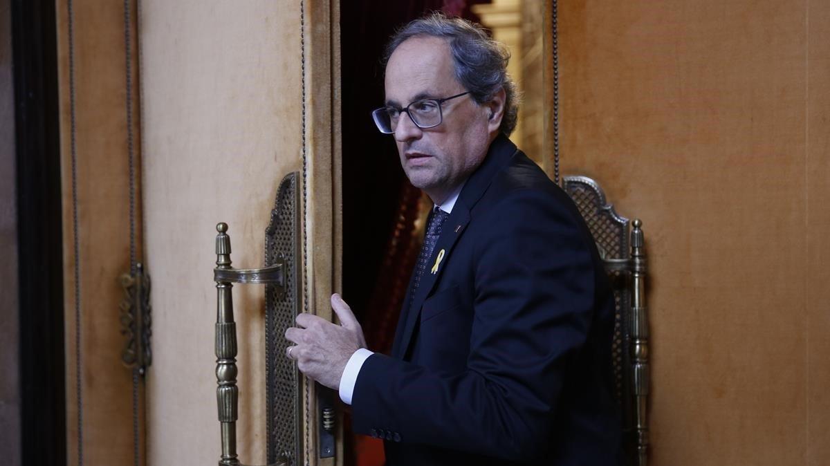 El President de la Generalitat, Quim Torra saliendo del pleno en el Parlament.