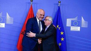 El primer ministro albanés, Edi Rama (izquierda) saluda al presidente de la Comisión Europea, Jean-Claude Juncker, esta semana, en Bruselas.