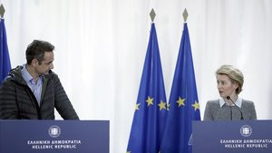 El primer ministro griego, Kyriakos Mitsotakis y la presidenta de la Comisión Europea, Ursula von der Leyen, durante la rueda de prensa que han celebrado en la localidad de Kastanies en la frontera greco-turca.
