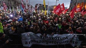 Manifestación este sábado contra la reforma laboral de Orbán frente al Parlamentoen Budapest.