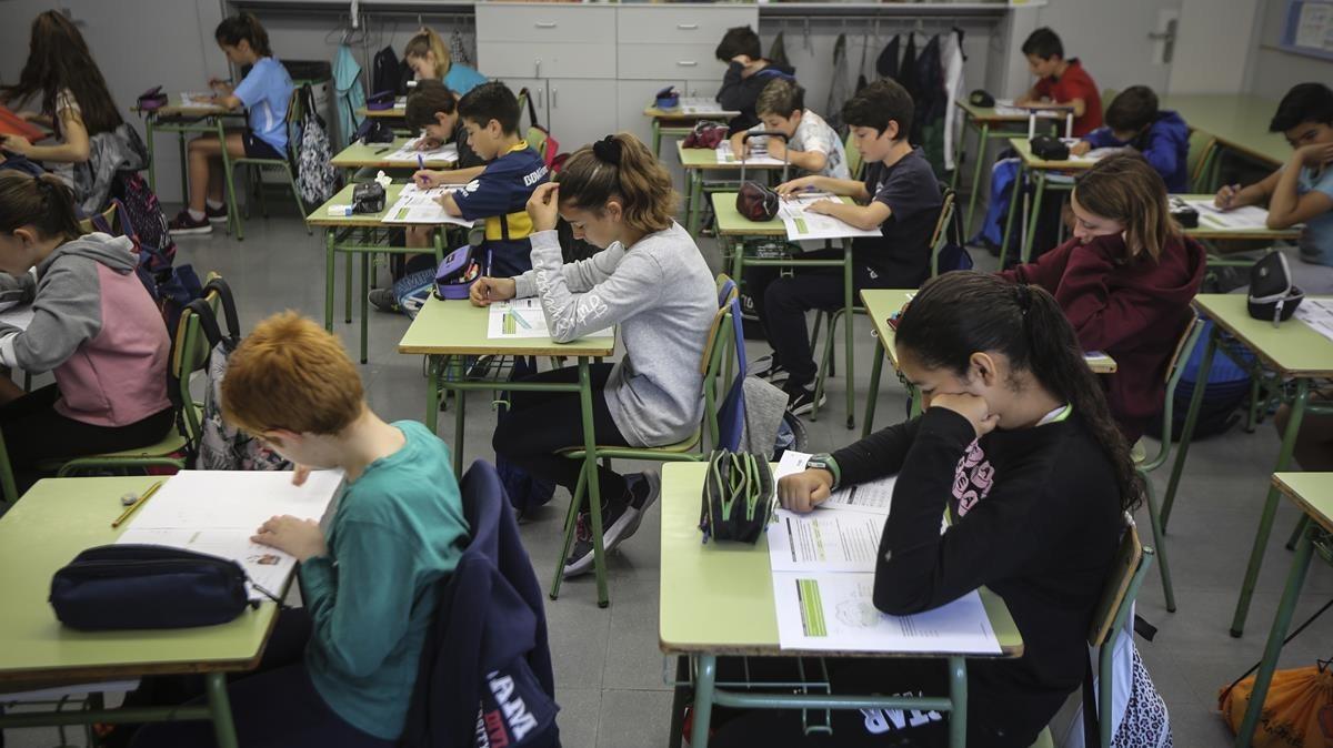 Prueba de competencias básicas en la escuela Mestre Enric Gibert i Camins, en Sant Andreu.