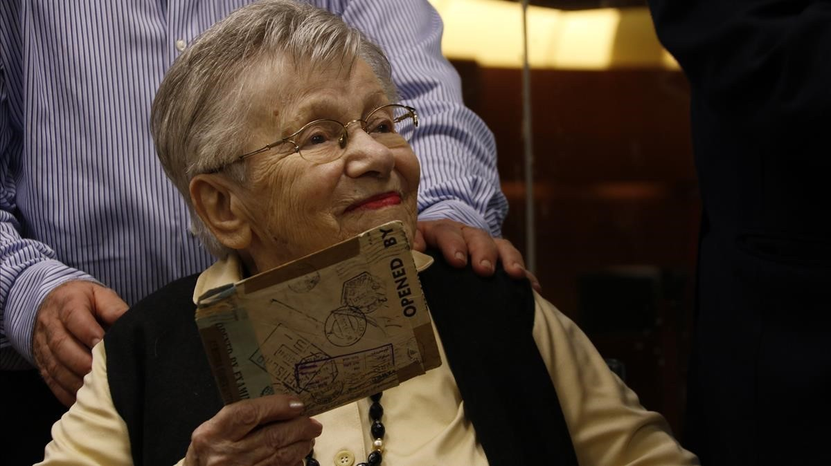 Rachel Gewürzen el momento de recibir la carta de su hermana gemela Fanny.