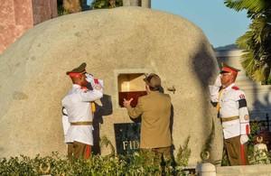 Raúl Castro deposita la urna con las cenizas de Fidel en el panteón.