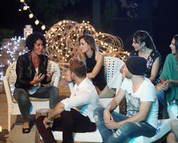 Nina, con algunos de los exconcursantes de 'Operación triunfo', en la tercera entrega de 'OT: el reencuentro' (TVE-1).