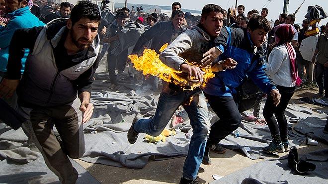 Un refugiado que participaba en una protesta para exigir la apertura de fronteras se quema a lo bonzo en el campo de refugiados de Idomeni.