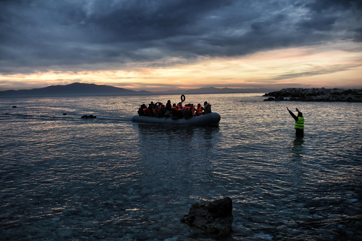 Refugiados e inmigrantes llegan a la isla de Lesbos en lanchas neumáticas.