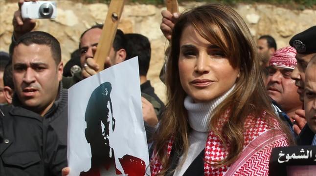 La reina Rania, con un cartel con la imagen del piloto ejecutado.