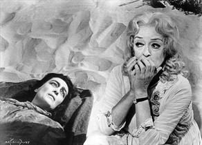 RELACIÓN TERRORÍFICA. Joan Crawfod y Bette Davis, en una escena de 'Qué fue de Baby Jane'.