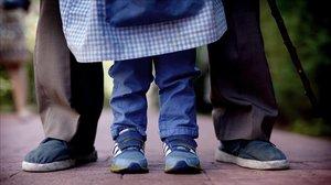 Un niño es acompañado por un familiar a unaguardería en una foto de archivo.