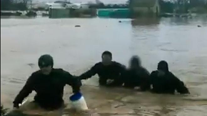 Rescate del agricultor de Malgrat afectado por la crecida del río Tordera.