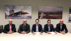 Responsables del Aeroclub de Barcelona-Sabadell y el Reial Aeroclub de Lleida con el secretario de Movilidad, Isidre Gavín, y los responsables del aeropuerto de Lleida-Alguaire.