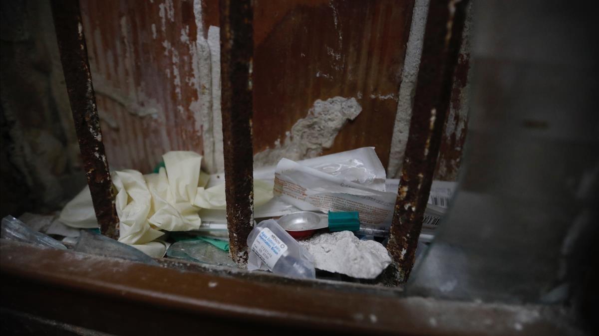 Restos de consumo de droga en una finca del Raval en la que había narcopisos.