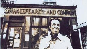El escritor Julio Ramón Ribeyo, en la librería parisina 'Shakespeare and Co', en marzo de 1986.
