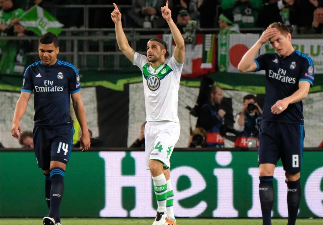 Ricardo Rodríguez celebra el primer gol del Wolfsburgo entre Casemiro y Kroos.