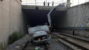 Un cotxe cau a la via del tren a Vic