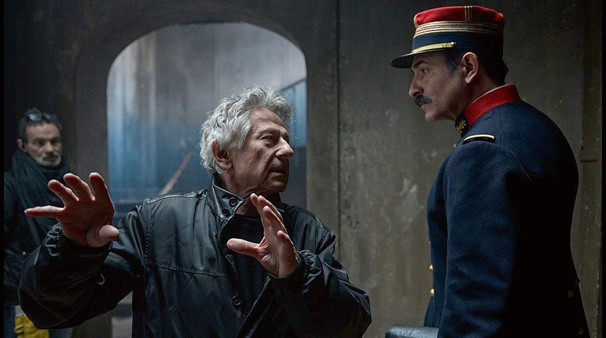 Roman Polanski da instrucciones a Jean Dujardin durante el rodaje de 'El oficial y el espía'.