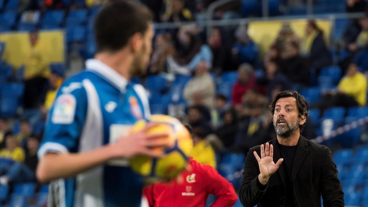 Quique Sánchez Flores da instrucciones a su jugadores mientras Aarón coge el balón.