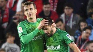Llorente felicita a Portu por uno de sus goles.
