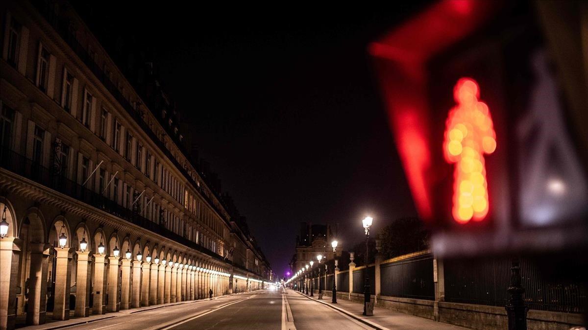 Aspecto de la Rue de Rivoli de París, este jueves en pleno confinamiento.