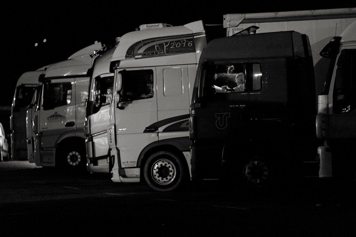 Tras un largo día, ha llegado la hora de acostarse en el gran aparcamiento de camiones.