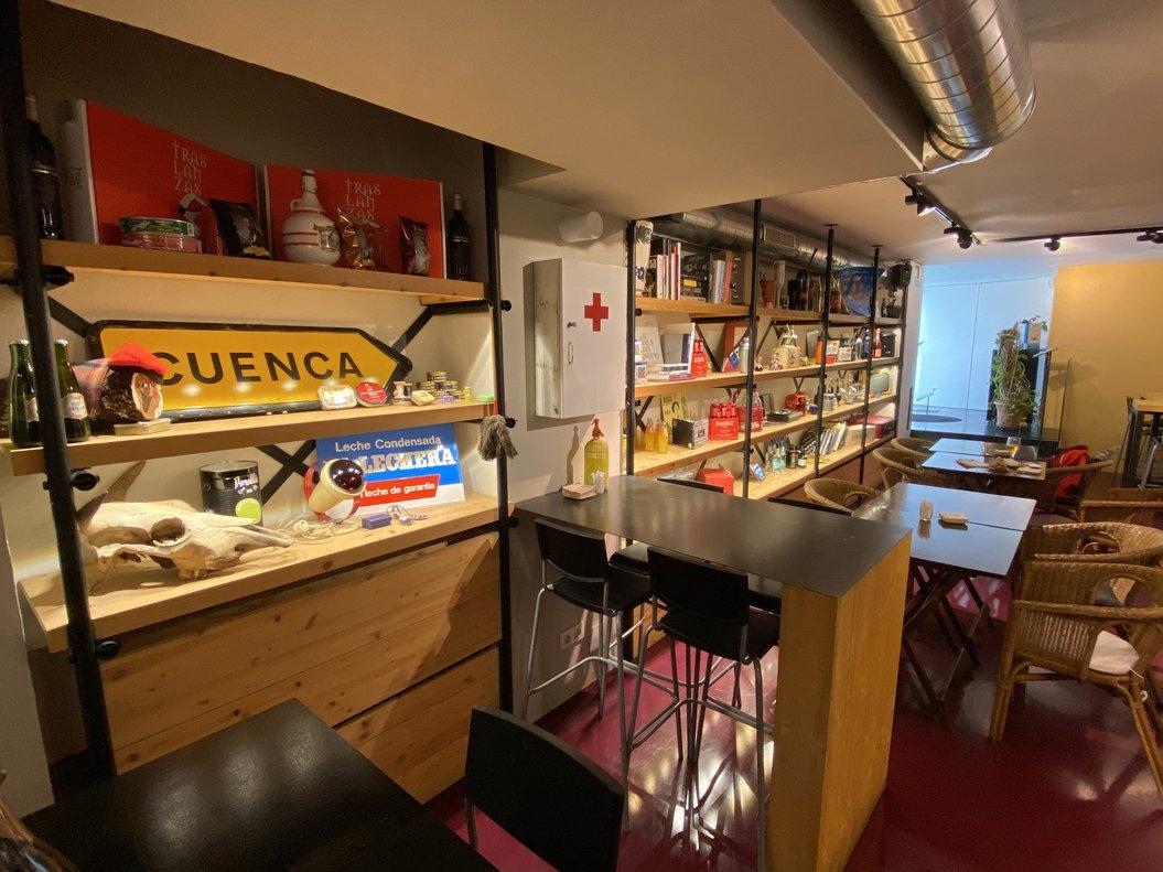 La sala de 'La Conservera', cuyas estanterías exhiben numerosos objetos 'vintage'.
