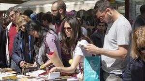 Puestode libros en Barcelona durantela fiesta de Sant Jordi del año 2017