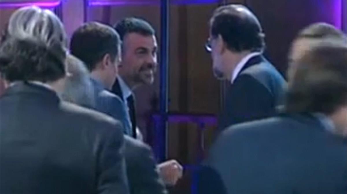 El exconsellerSanti Vila saluda al presidente del Gobierno, Mariano Rajoy, durante unaentrega de premios de la patronal catalana Foment del Treball.