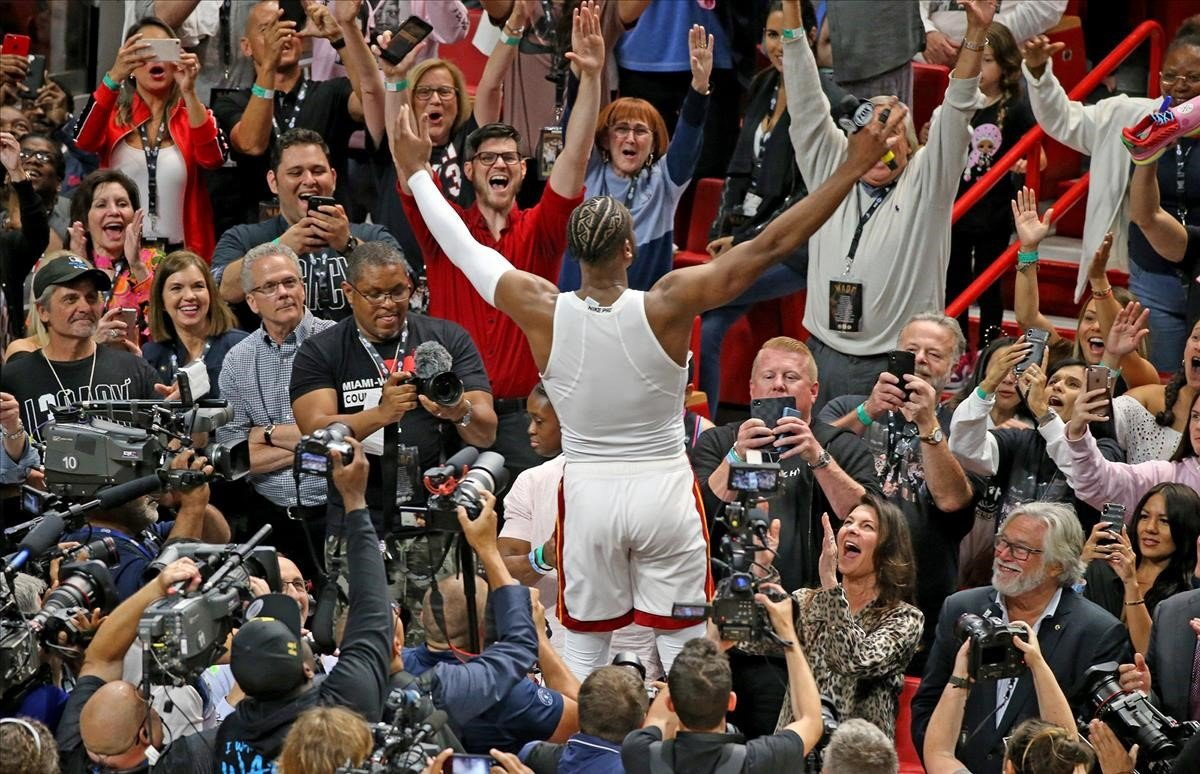 Dwyane Wade, de los Heat, se rinde ante el público, hace un año, en la NBA.