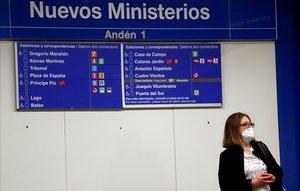 Una usuaria del metro madrileño en la estación de Nuevos Ministerios.