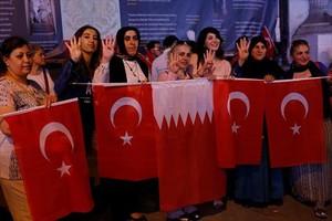 Mujeres con banderas turcas y qatarís en Estambul.