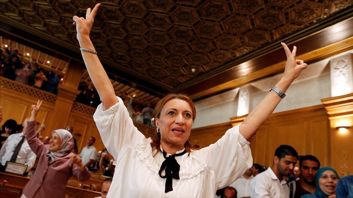 Souad Abderrahim celebra su victoria en las municipales de Túnez y se convierte en la primera alcadesa del mundo arabe.