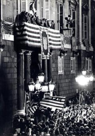 Tarradellas se dirige a la multitud desde el balcón del Palau en 1977.