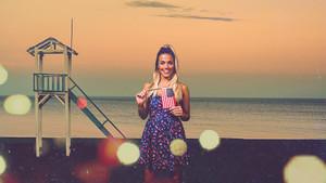 Alyson Eckmann, presentadora y ganadora de la última edición de GH VIP, en English for summer, de Mtmad.